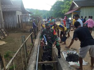 Cegah Banjir, Babinsa Belo Bersama Warga Bersihkan Saluran Drainase