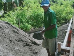 Menambang Pasir Demi Biayai Kuliah Tiga Anaknya